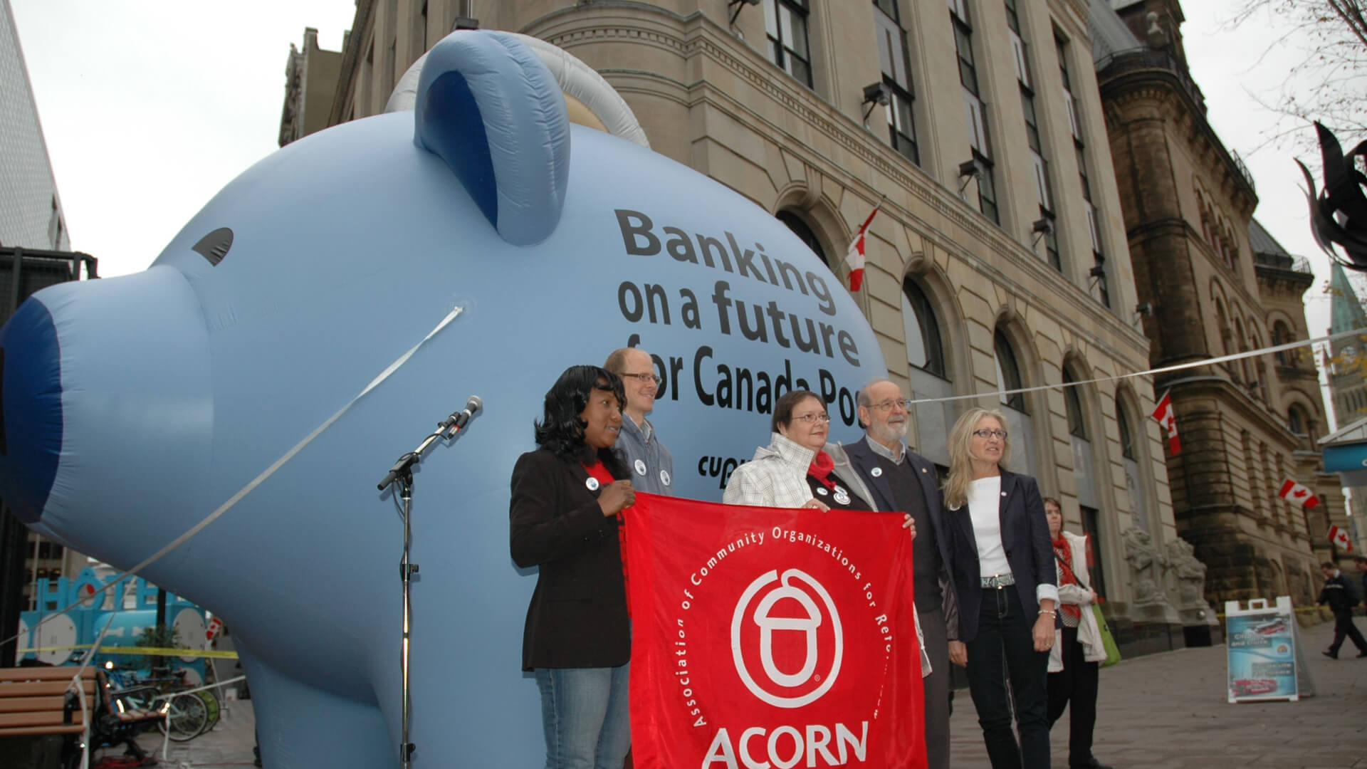 CUPW launched its postal banking campaign with a giant inflatable piggy bank in downtown Ottawa.